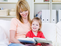 Mother and daughter reading together Royalty Free Stock Images