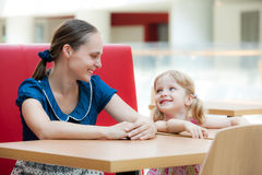 Mother and daughter relaxing in cafe Royalty Free Stock Photos