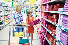 Mother and daughter shopping towels Royalty Free Stock Photos