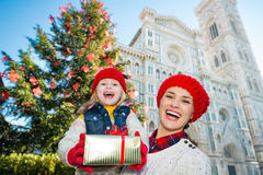 Mother and daughter showing Christmas gift box in Florence Royalty Free Stock Photography