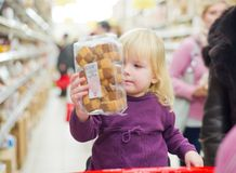 Mother and daughter in supermarket Stock Image