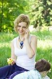 mother den utomhus- avslappnande sonen Royaltyfri Foto