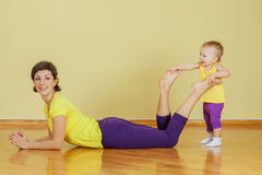 Mother do phisical exercises with her daughter Royalty Free Stock Photos