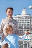 Mother dottern som ler nära shipen arkivbilder