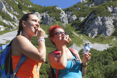 Mother and doughter hikers eating muesli bar Stock Photography