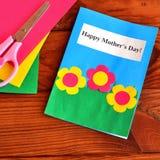 Mother& felice x27 della cartolina d'auguri; giorno di s - children& facile x27; mestieri di s Forbici, strati di carta su fondo  Fotografia Stock