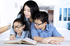 Mother guides her children to study at home Royalty Free Stock Photos