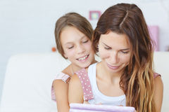 Mother with her daughter playing ipad Royalty Free Stock Images
