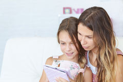 Mother with her daughter playing ipad Royalty Free Stock Image