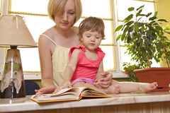 Mother with her daughter reading book Royalty Free Stock Photography