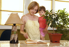 Mother with her daughter reading book Royalty Free Stock Photos