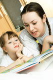 Mother and her daughter reading a book Royalty Free Stock Images