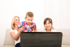Mother with her Kids using a Laptop computer Royalty Free Stock Photos