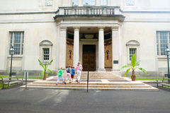 Mother and kids walk into Barnes Museum Philadelphia, Pennsylvania Stock Images