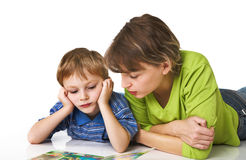 Mother learns the child to read Royalty Free Stock Images