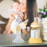 Mother& x27; leche materna de s - la comida más sana para recién nacido Imagenes de archivo
