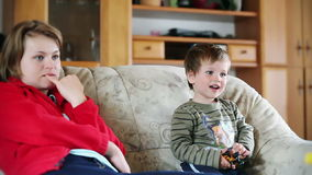 Mother and little boy watching TV, stock footage Royalty Free Stock Photos