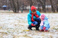 Mother and little daughter playing in winter Royalty Free Stock Images