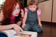 Mother and little daughter reads book Royalty Free Stock Photos