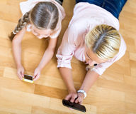 Mother and little girl social networking Royalty Free Stock Images