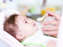 Mother matning behandla som ett barn Royaltyfria Foton