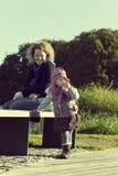 Mother med henne den unga dottern på parken Arkivbild