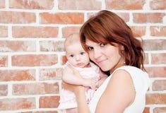 Mother och behandla som ett barn Royaltyfria Bilder