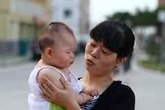 Mother och behandla som ett barn Royaltyfri Fotografi