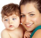 Mother och behandla som ett barn pojken Arkivfoto
