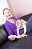 Mother och behandla som ett barn pojken för att läsa Royaltyfria Foton