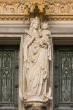 Mother och det heliga barnet på huvud-ingången Royaltyfri Fotografi