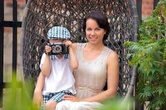 Mother och henne den små sonen med den retro kameran royaltyfri bild