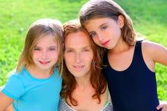 Mother och två systerdöttrar i trädgården Fotografering för Bildbyråer