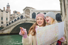 Mother pointing daughter on something near Ponte di Rialto Royalty Free Stock Images