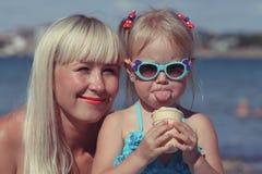 Mother& x27 ; portrait de s avec la fille image stock