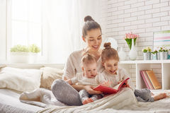 Mother reading a book Royalty Free Stock Images