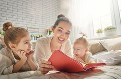Mother reading a book Royalty Free Stock Photography