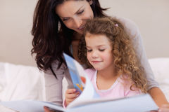 Mother reading a book with her daughter Royalty Free Stock Images