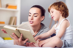 Mother reading book for her son Royalty Free Stock Images