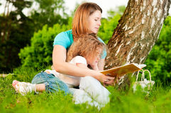 Mother reading book to her daughter Royalty Free Stock Photography