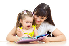 Mother reading a book to kid Royalty Free Stock Photos