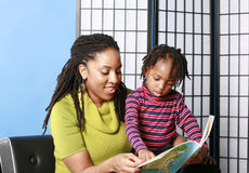 Mother reading to her son Royalty Free Stock Photos