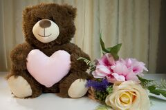 Free Mother`s Day Teddy Bear And Pink Roses Stock Photography - 211883962