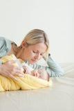 Mother som ligger bredvid henne som sovar, behandla som ett barn Arkivfoto