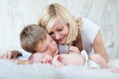 Mother som ser henne som sovar, behandla som ett barn Royaltyfri Fotografi