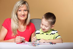 Mother and son drawing together Royalty Free Stock Photos