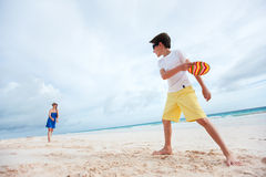 Mother and son playing frisbee Royalty Free Stock Images