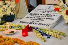 Mother Teresa grav i Kolkata, Indien Royaltyfria Foton