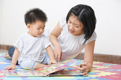 Mother tutoring her son Royalty Free Stock Photos