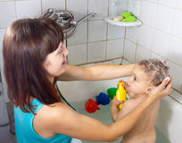 Mother wasing  baby in bath Royalty Free Stock Photos